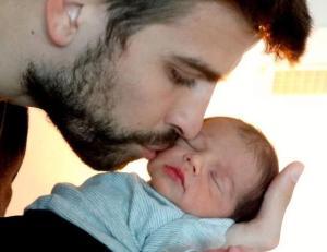 tata ljubi bebu